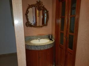 A bathroom at Targa Suite