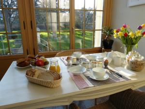 Breakfast options available to guests at La Roseraie