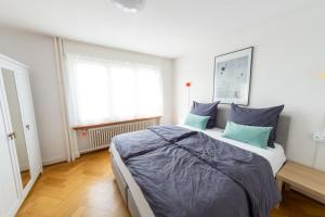 A bed or beds in a room at Sunny and quiet apartment 20 min from Zurich Main Station