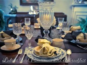 A restaurant or other place to eat at Ledroit Park Renaissance Bed and Breakfast