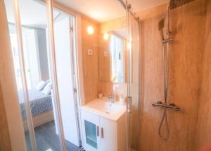 A bathroom at Apartments Madrid Plaza Mayor-Tintoreros