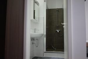 A bathroom at Stadtpension Heilbronn
