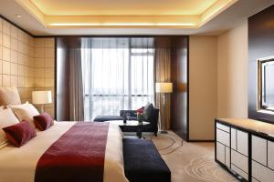 A bed or beds in a room at The QUBE Hotel Shanghai – Pudong International Airport