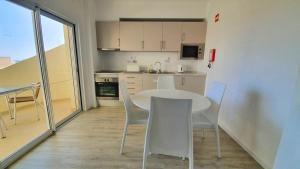 Cuisine ou kitchenette dans l'établissement AlvorMar Apartamentos Turisticos
