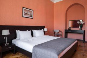 Tsentralnaya Hotel tesisinde bir odada yatak veya yataklar