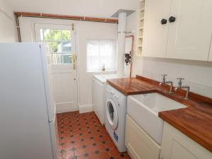 A kitchen or kitchenette at Bawbee Cottage