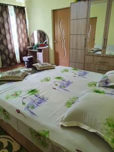 Un pat sau paturi într-o cameră la CASA BUNICII
