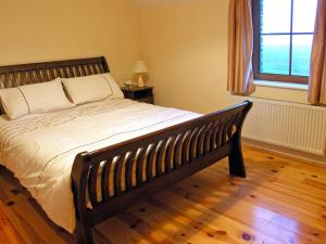 A bed or beds in a room at Goleen Heights House