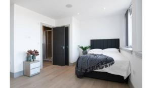 A bed or beds in a room at Finchley Modern Apartment - 1 bedroom with Balcony