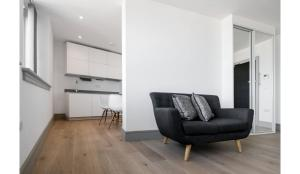 A seating area at Finchley Modern Studio Apartments L