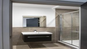 A bathroom at Finchley Modern Studio Apartments S