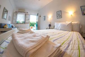 A bed or beds in a room at Violetta Apartments