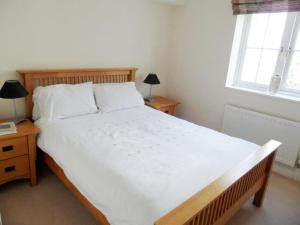 A bed or beds in a room at Westlands House, City Centre, Home-From-Home