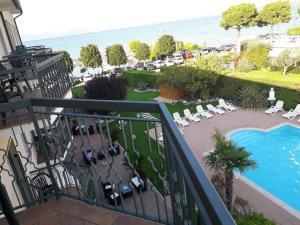 Вид на бассейн в Hotel Fornaci или окрестностях