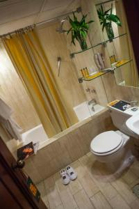 Un baño de BTH Hotel Lima Golf
