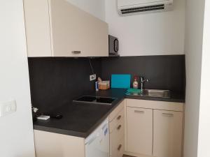 A kitchen or kitchenette at Beachfront Studio Palma