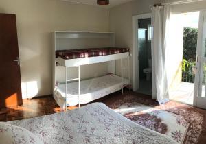 A bunk bed or bunk beds in a room at Apê completo com suíte, sacada e garagem fechada