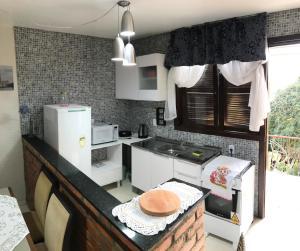 A kitchen or kitchenette at Apê completo com suíte, sacada e garagem fechada