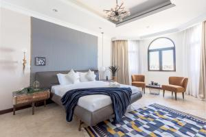 A bed or beds in a room at Stella Stays Palm Jumeirah Exceptional Beach Villa & Private Pool