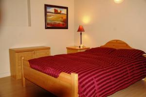 A bed or beds in a room at A Vacation Paradise at Quail Ridge B&B