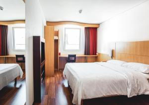 Ein Bett oder Betten in einem Zimmer der Unterkunft ibis Delémont