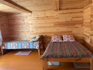 A bed or beds in a room at Rybatskiy Bereg