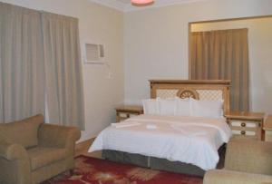 سرير أو أسرّة في غرفة في اصال حائل للوحدات السكنية المفروشة