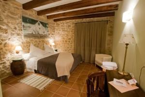 A bed or beds in a room at Casa Rural Mas del Rei