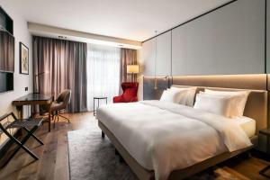 Een bed of bedden in een kamer bij Radisson Collection Grand Place Brussels