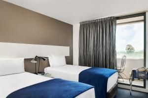 A bed or beds in a room at Punthill Oakleigh