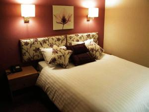 A bed or beds in a room at Supreme Inns