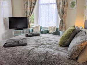 A bed or beds in a room at Kirk Lea Guest House