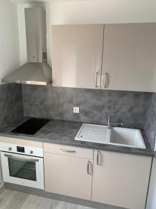 A kitchen or kitchenette at Charmant studio avec climatisation et parking