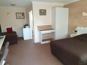 A bed or beds in a room at Blayney Central Motel
