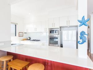 A kitchen or kitchenette at 18 Cliff Road