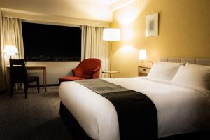 A bed or beds in a room at Hotel New Otani Hakata