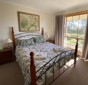 A bed or beds in a room at Windmill Cottage