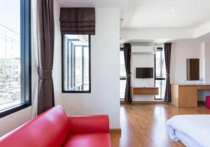 A seating area at Buk Inn Hotel Kamala Beach