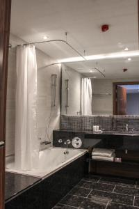 A bathroom at Crowne Plaza London Heathrow T4