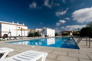 Der Swimmingpool an oder in der Nähe von Apartamentos Sa Caleta
