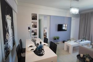 A restaurant or other place to eat at Jasmine - Apartment in Kalamata
