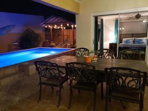 A piscina localizada em New ! Palm Beach Villa ou nos arredores