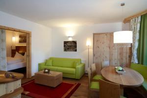Ein Sitzbereich in der Unterkunft Hotel am Römerweg