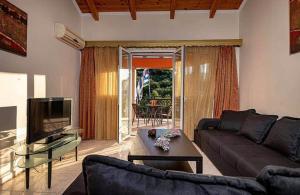 A seating area at Tsiolis Studios & Apartments
