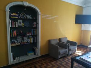 Uma área de estar em Old Évora Hostel