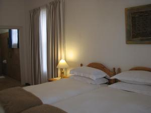 A bed or beds in a room at Toverberg Guest Houses