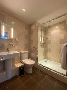 A bathroom at Birmingham Great Barr Hotel