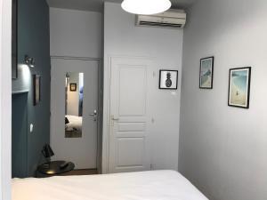 Un ou plusieurs lits dans un hébergement de l'établissement Hôtel de La Marne