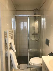 Salle de bains dans l'établissement Hôtel de La Marne