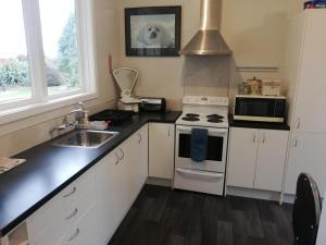 A kitchen or kitchenette at Te Anau Lodge